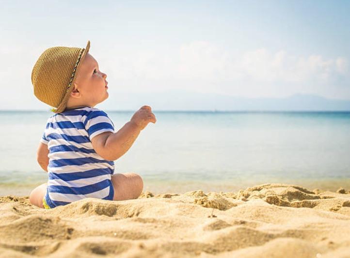 bébé nourrisson plage vacances chaleur été