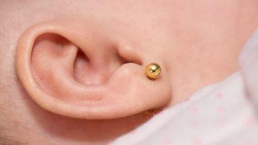 bébé boucle d'oreille percer les oreilles