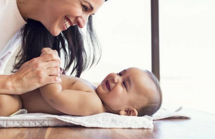 bébé parent maman laver nettoyer soins change