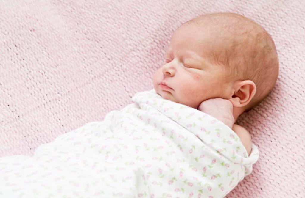 bébé lange emmaillotage emmailloté dormir nourrisson cheveux