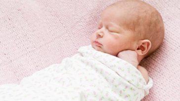 bébé lange emmaillotage emmailloté dormir nourrisson