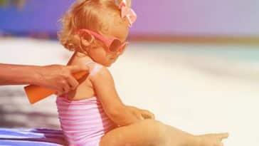 bébé crème solaire protection soleil plage vacances