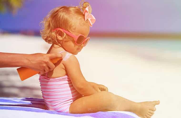 bébé crème solaire protection soleil plage vacances coup de soleil