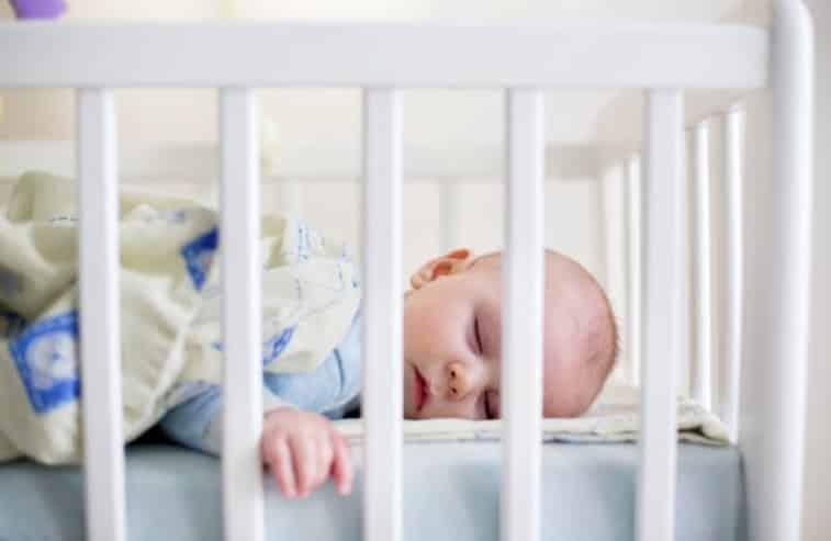 bébé dort dormir lit oreiller