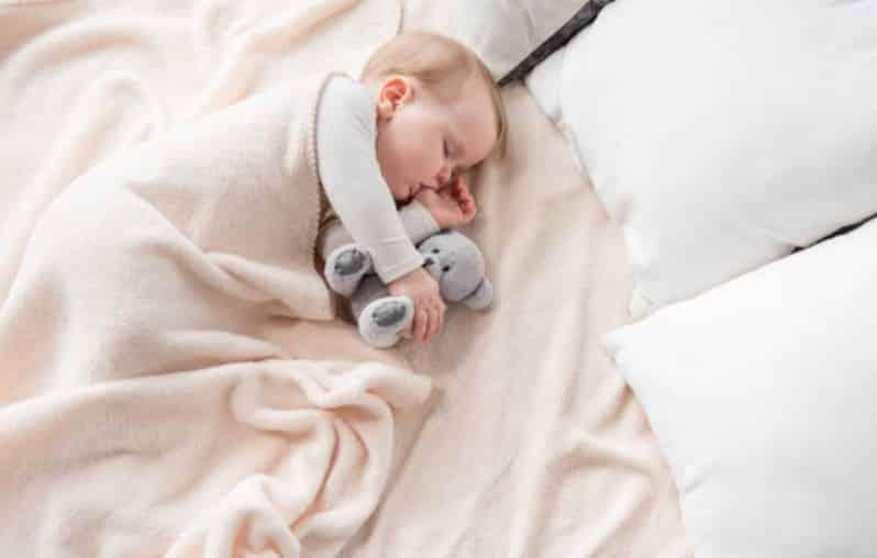 bébé dort pouce doudou lit sommeil