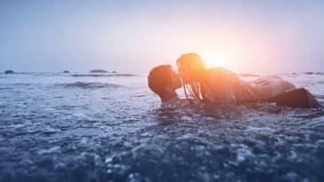 couple amour sexe eau mer