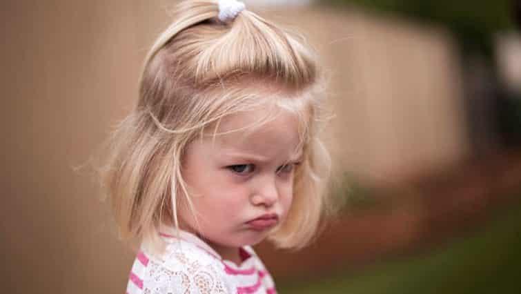 enfant fille colère triste