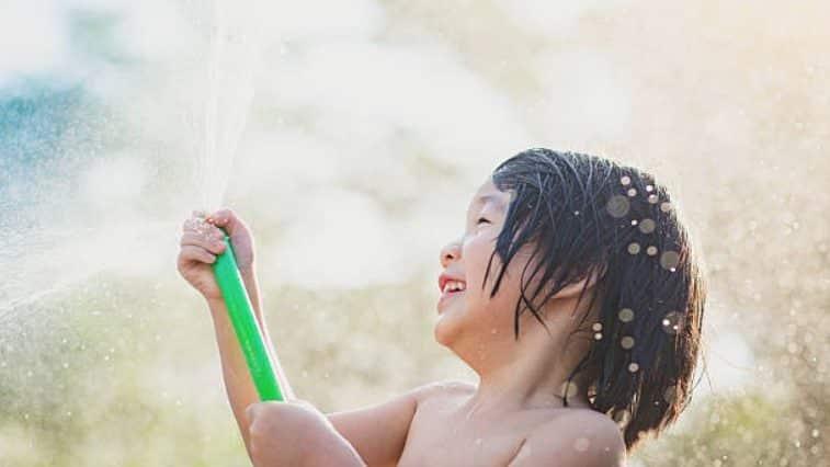 enfant tuyau arrosage eau jeux
