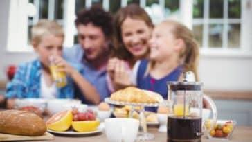 famille enfants parents petit déjeuner