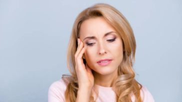 femme mal tête maux ménopause