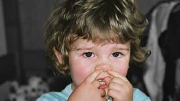 bébé enfant gratter nez