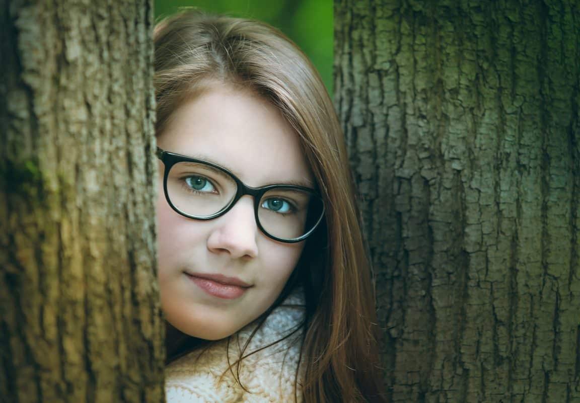 Fille lunettes troubles visuels