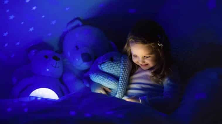 enfant fille nuit dormir lit chambre veilleuse peur noir
