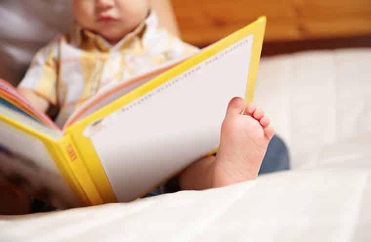 bébé livre lecture lire des histoires