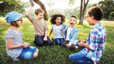 enfants groupe amis jouer dehors extérieur activités