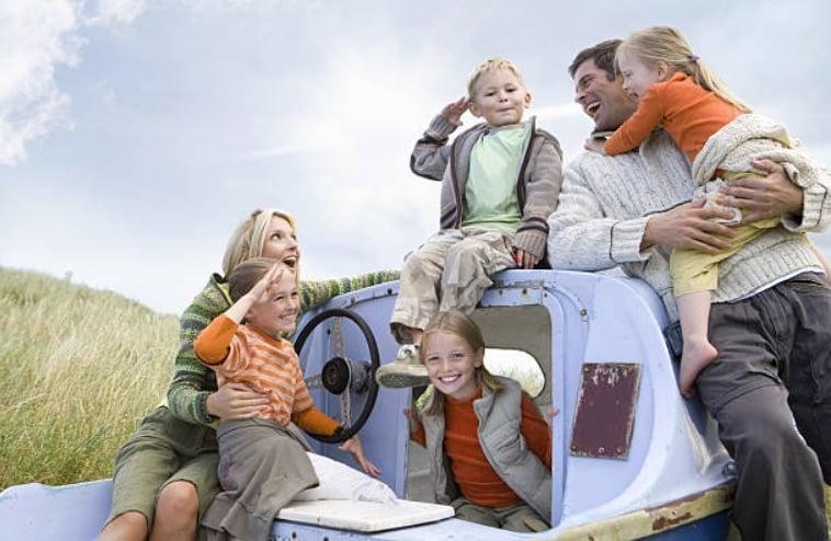 famille parents quatre enfants vacances nature promenade loisirs filles garçons homme femme mère père