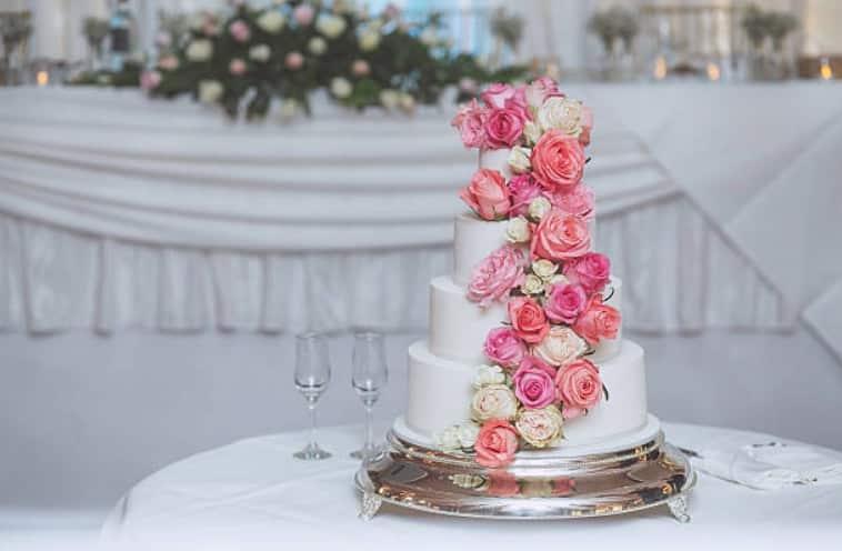 gâteau de mariage pièce montée mariés