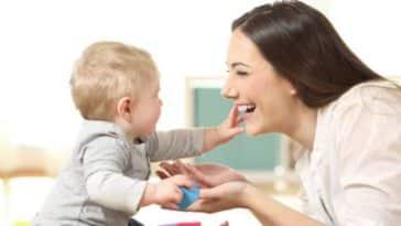 nounou garde d'enfants activités bébé femme jouer ludique