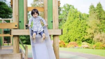 aires de jeux toboggan fille enfant jouer parc