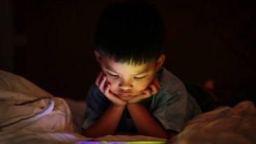 enfant écran vision tablette jouer film nuit jeux yeux