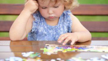 enfant fille puzzle jouer réfléchir concentration ludique