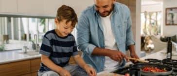 enfant parent fils garçon papa cuisine repas légume