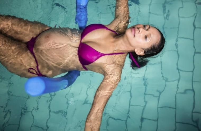 Grossesse : les 6 bonnes raisons de se rendre régulièrement à la piscine