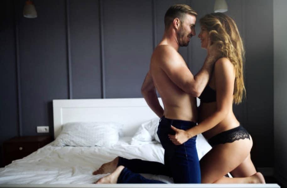 sexe grossesse amour couple rapport enceinte chambre lit