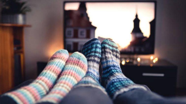 couple télévision netflix série soirée cocooning film