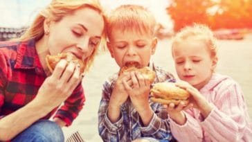 enfants manger hamburger fast-foods malbouffe parents mère