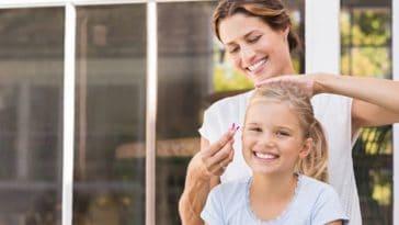 femme mère enfant fille fillette coiffure coiffer queue de cheval