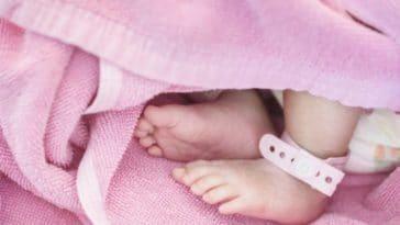 maternité bébé pied naissance sortie précoce de maternité nourrisson nouveau-né