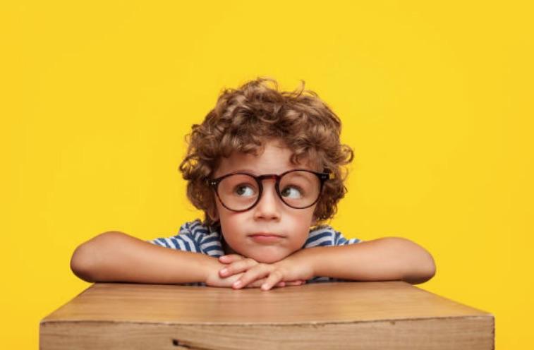 enfant garçon travail concentré école intelligent