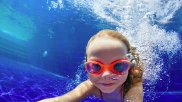 enfant natation eau piscine nager fille