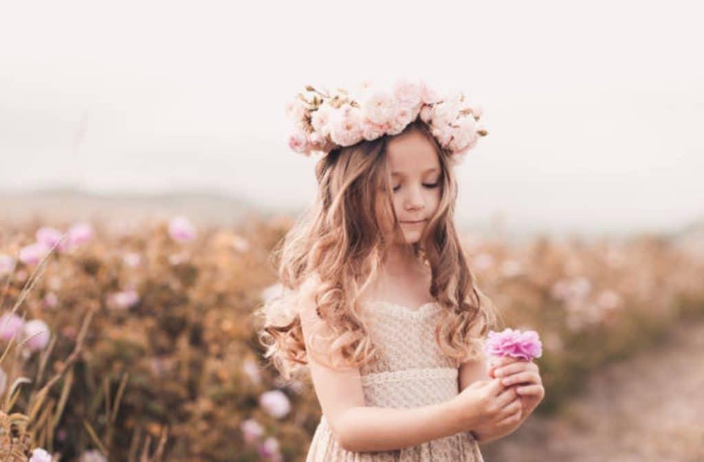 fille fillette fleurs coquette champs