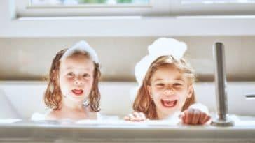 bain enfants douche se laver filles soeurs