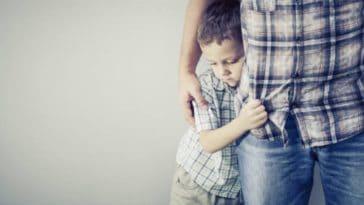 enfant timide reserve garçon peur harcelement parents peur sensible pédophilie