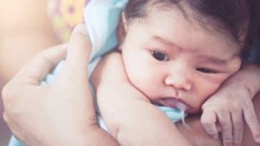 bebe rot vomi colliques regurgiter lait maternel biberon