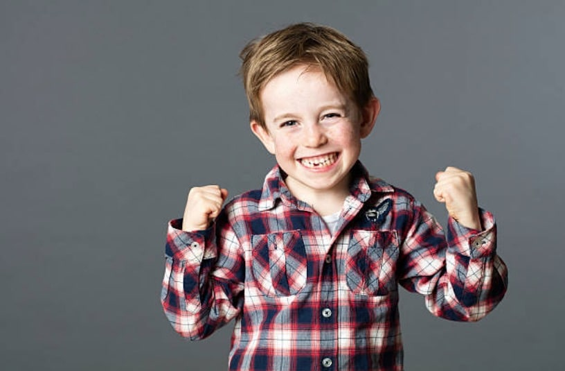 enfant garcon fier fort heureux content force sourire rire