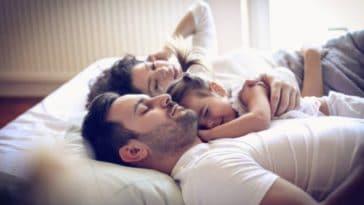 famille dormir lit enfants parents sieste
