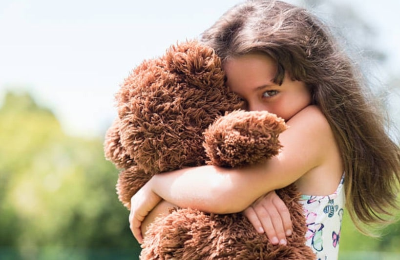 fille fillette timide reservee doudou enfant