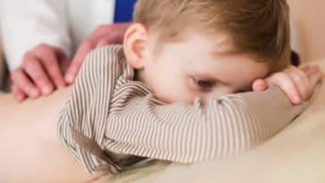 enfant allonge couche medecin maux de dos massage kinesitherapie
