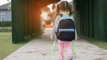 enfant école cartable seul fille marcher