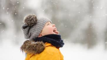 enfant hiver neige froid jeux jouer extérieur bonnet veste