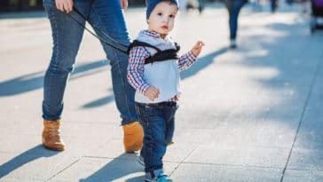 enfant laisse harnais promenade sortie famille bébé sécurité foule fugue disparition