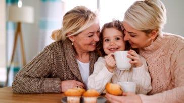 grand-mère mère maman enfant générations goûter famille gènes ressemblances