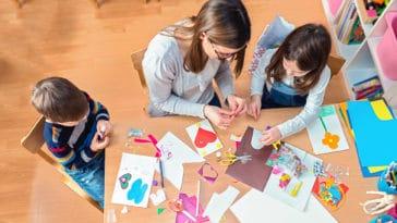 enfants activités manuelles travail jouer découper dessiner dessins ludique jeux parents maman mère