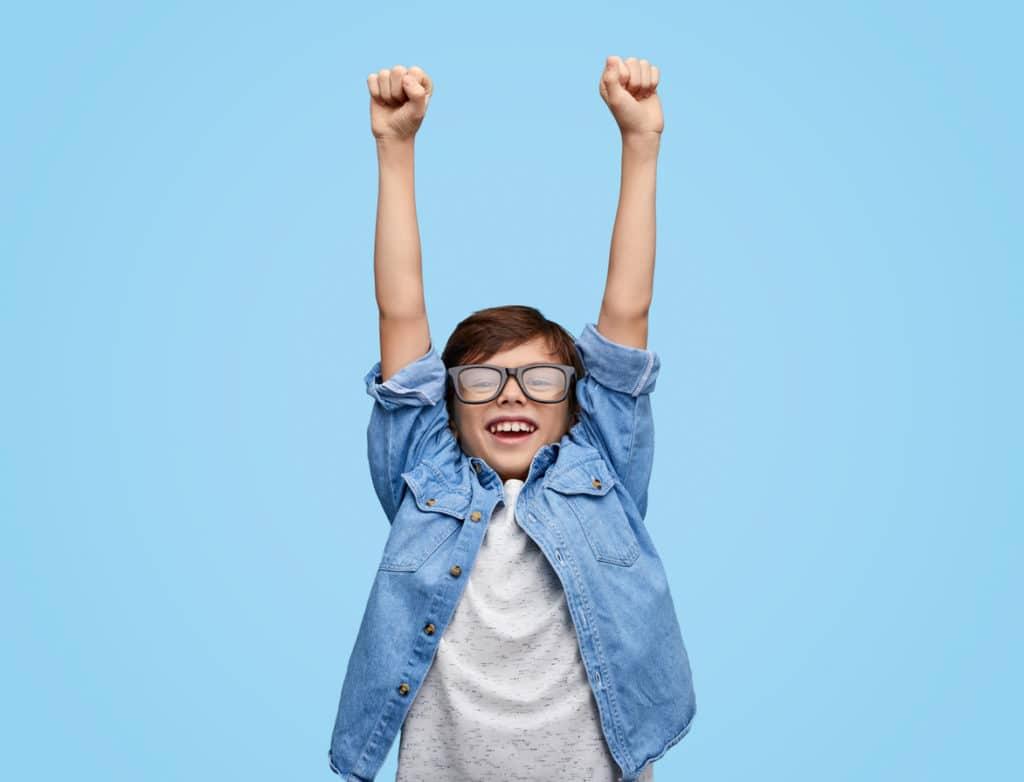 enfant garçon heureux excité dynamique victoire réussite sérieux