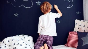 enfant garçon dessin dessiner rêver talent art mur bêtise sommeil chambre lit pyjama dormir