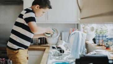 enfant corvée ménage vaisselle laver tâches ménagères garçon